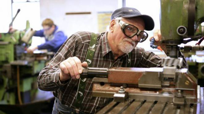 Ein älterer Mitarbeiter an der Werkbank eines metallverarbeitenden Betriebs.  Foto: lrich Baumgarten/Getty Images