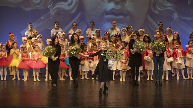 Die langjährige Tanzpädagogin Rosmarie Grünig (mitte) choreografierte die Aufführung des Dance Studios Olten.