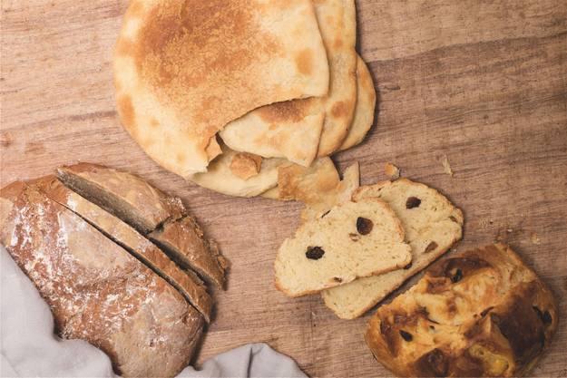 Links unten: Sauerteigbrot, mitte oben: Abendmahlbrot, rechts unten: Süsses Osterbrot