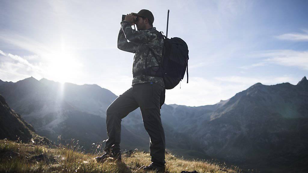 Ein Jäger zum Start der diesjährigen Bündner Hochjagd auf der Alp Flix in Surses