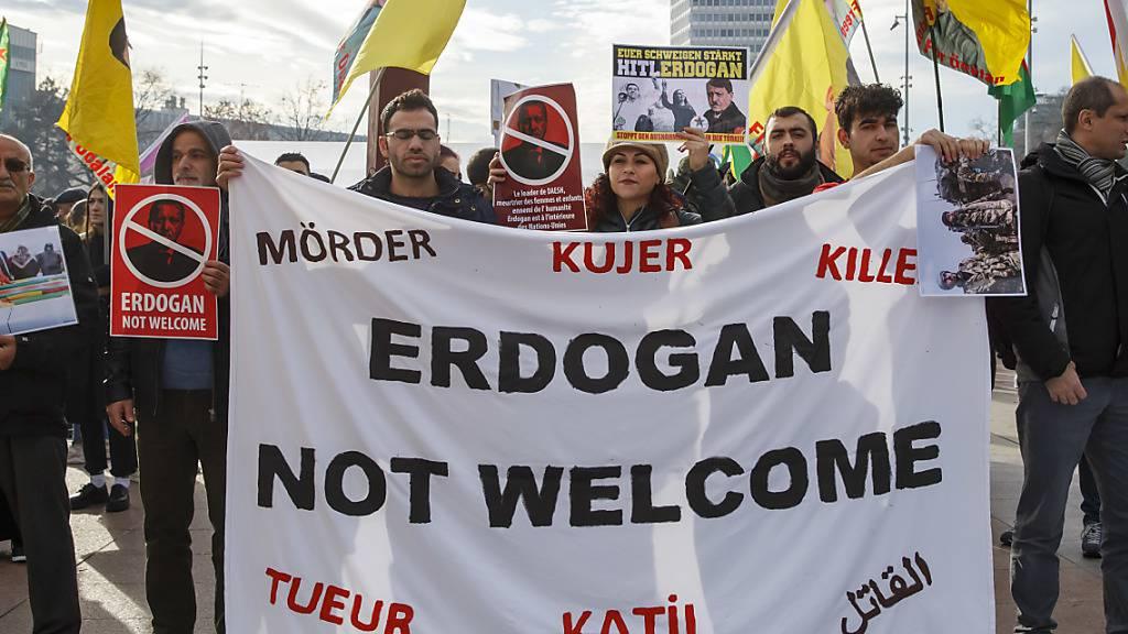 Nicht willkommen: Rund 300 Menschen protestierten in Genf gegen die Anwesenheit des türkischen Staatschefs Recep Tayyip Erdogan am Flüchtlingsforum.