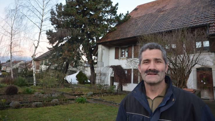 Josef Zeltner vor der auf einer Föhre liegenden Blautanne.