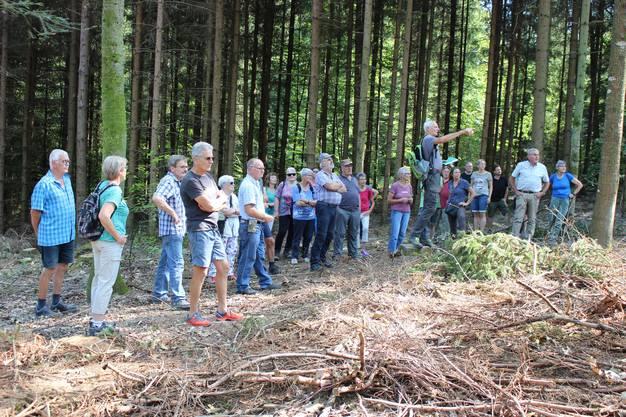Exkursionsleiter Roland Keller vermittelte der Teilnehmerschar viel Wissenswertes über den Wald.