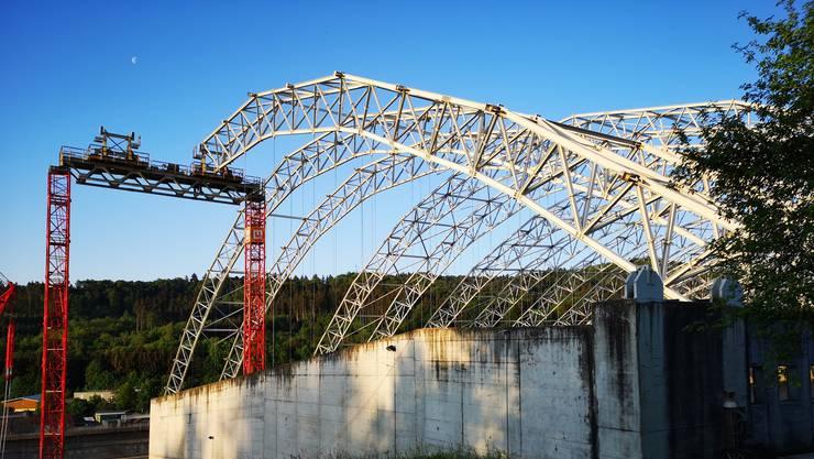 Derzeit wird das Hallendach der Sondermülldeponie in Kölliken abgebaut.