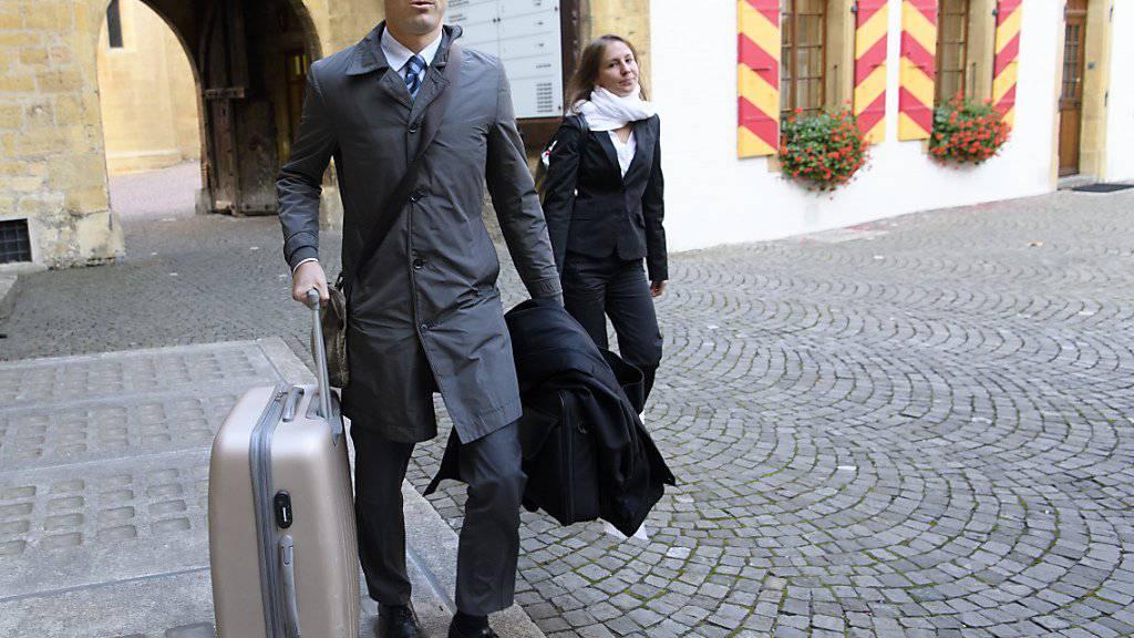 Der Anwalt von Bulat Tschagajew, Dimitri Iafaev, ist am Montag ohne seinen Mandanten zum Appellationsprozess vor dem Neuenburger Kantonsgericht eingetroffen.