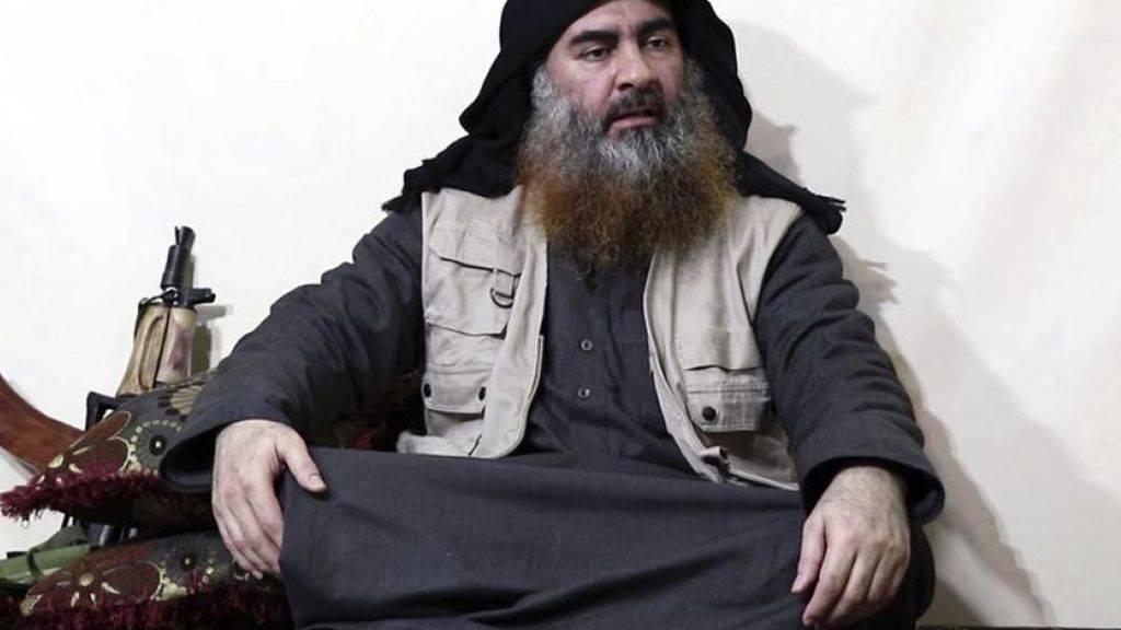 Ein Archivbild auf einer IS-Webseite zeigt den IS-Gründer und IS-Anführer Abu Bakr al-Bagdadi, der sich gemäss US-Präsident Trump bei einem US-Einsatz selber in die Luft sprengte.