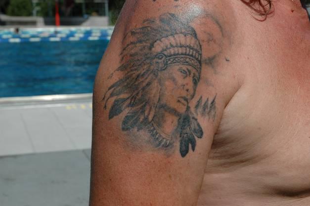 «Auf meinem linken und rechten Arm habe ich je ein Tattoo. Das eine ist ein Wolf. Dieser ist für mich das Sinnbild vom Hund. Auf dem anderen Arm habe ich einen Indianer. Die Indianer ehren den Wolf, ich tue das auch bei den Hunden. Ich hatte drei Schäferhunde. Leider musste ich sie aber weggeben, weil ich krank bin. Das Tattoo mit dem Indianer ist 20 Jahre alt, den Wolf habe ich seit etwa drei Jahren. Den Indianer habe ich beim Tattoo-Studio Feel Ink in Künten gemacht.»