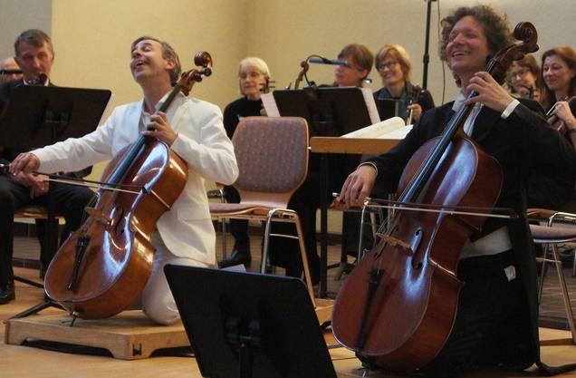 Das Duo Calva mit Alain Schudel und Daniel Schaerer spielt das Stück Ave Maria auf den Knien