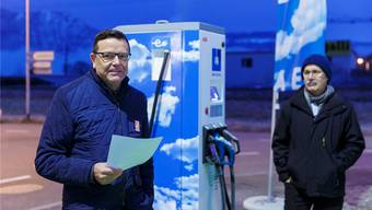 AEK realisierte einige Projekte in Zuchwil. Beispiele sind die Photovoltaikanlage auf dem Hallendach des Sportzentrums oder die Hochleistungs-Ladestation für Elektroautos. Bei deren Einweihung sprach AEK-Direktor Walter Wirth (links) vor gut drei Jahren und Zuchwils Gemeindepräsident Stefan Hug hörte zu.