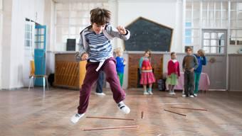 Tanzen ist ein Unterrichtsfach, Gartenbau auch. An allen 1092 Steinerschulen der Welt. Hier Kinder an der Cardiff Steiner School in England.