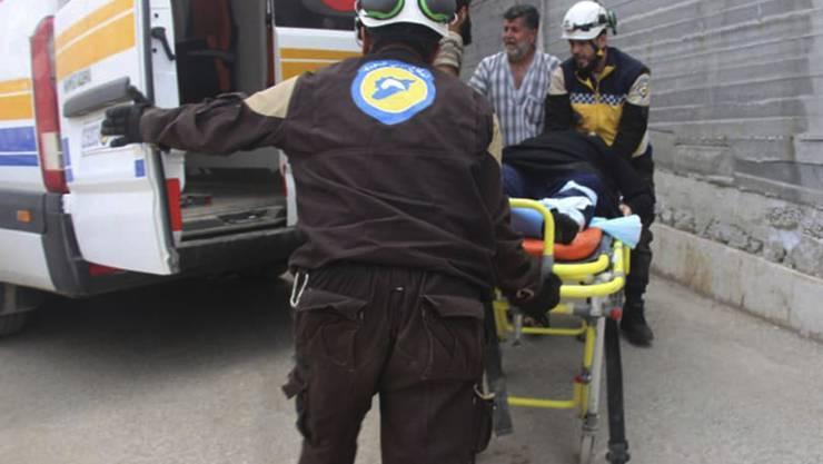 Die oppositionelle Zivilschutztruppe Weisshelme bringen einen verletzten Mann in Ehssem, im Süden der Provinz Idlib, ins Spital.