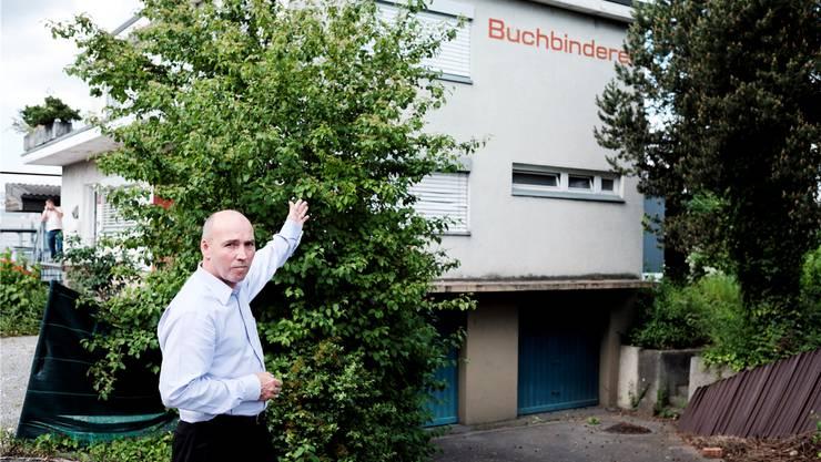 EVP-Einwohnerrat Marcel Spörri zeigt, wo das Bordell entstehen soll. Heller