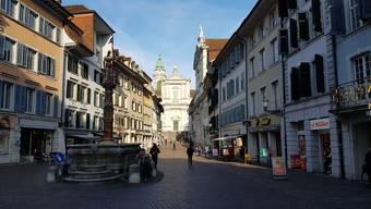 Das Projekt bezieht die 2000-jährige Geschichte der Stadt mit ein und führt einen gedanklich durch die momentan leeren Strassen der Stadt.
