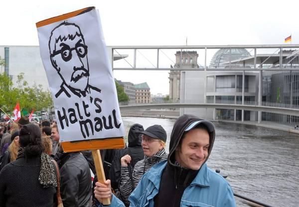 Schon protestieren Sarrazin-Gegner mit Plakaten von dessen Konterfei durch Berlin.