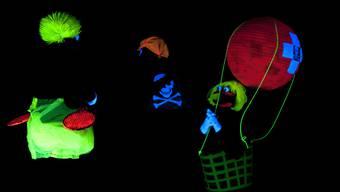 Zwei Mal führen Schüler der HPS Zetzwil in der Schule Gränichen ein Schwarzlichttheater auf