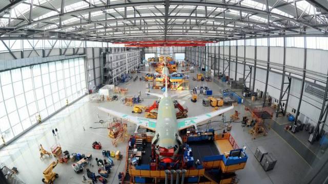 Angestellte arbeiten an einem Airbus A320 (Archiv)