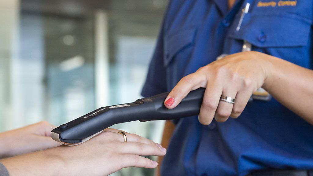 Auf der Suche nach Sprengstoff-Spuren: Mit einem Prüfstab werden ab dem 1. September Hände und Taillen-Bereich der Passagiere kontrolliert.