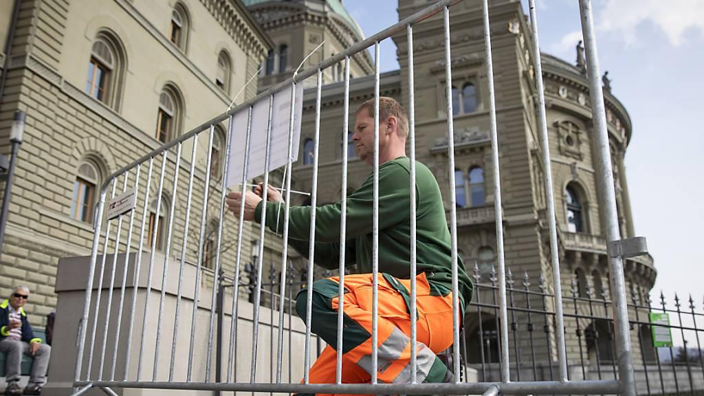 Szene von März dieses Jahres, als die Stadt Bern die Bundesterrasse schon einmal coronabedingt absperrte.
