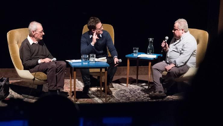 Der ehemalige Gross- und Einwohnerrat Peter Kamm, Moderator und Historiker Fabian Furter und Journalist Urs Tremp(v. l.) diskutieren über 1968 in der Veranstaltungsreihe «Erlebte Schweiz – 1968 im Fernsehen». Alex Spichale