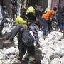 Nach der Explosion einer Autobombe vor einem Einkaufszentrum in Mogadischu trägt ein Feuerwehrmann einen Verletzten weg vom Anschlagsort.