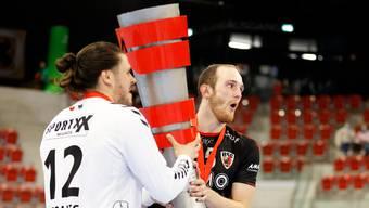 Die HSC-Co-Captains Dario Ferrante (l.) und Tim Aufdenblatten jubeln mit der Supercup-Trophäe.