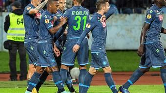 Napolis Spieler feiern den Auswärtssieg in Bratislava