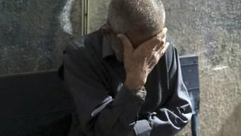 Ein Verwandter eines der getöteten Hamas-Aktivisten nach der Identifizierung des Opfers im Al Aksa-Spital im Gazastreifen.
