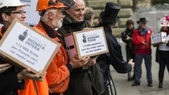 Der Bundesrat lehnt die im Dezember eingereichte Vollgeld-Initiative ohne Gegenentwurf ab. Eingereicht wurde das Begehren von als Berufsleute verkleideten Aktivisten. (Archivbild)