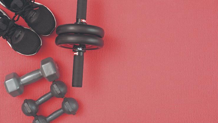 Haben Sie Hanteln zuhause? Wenn nicht, können Sie sehr effektiv mit dem eigenen Körpergewicht trainieren.