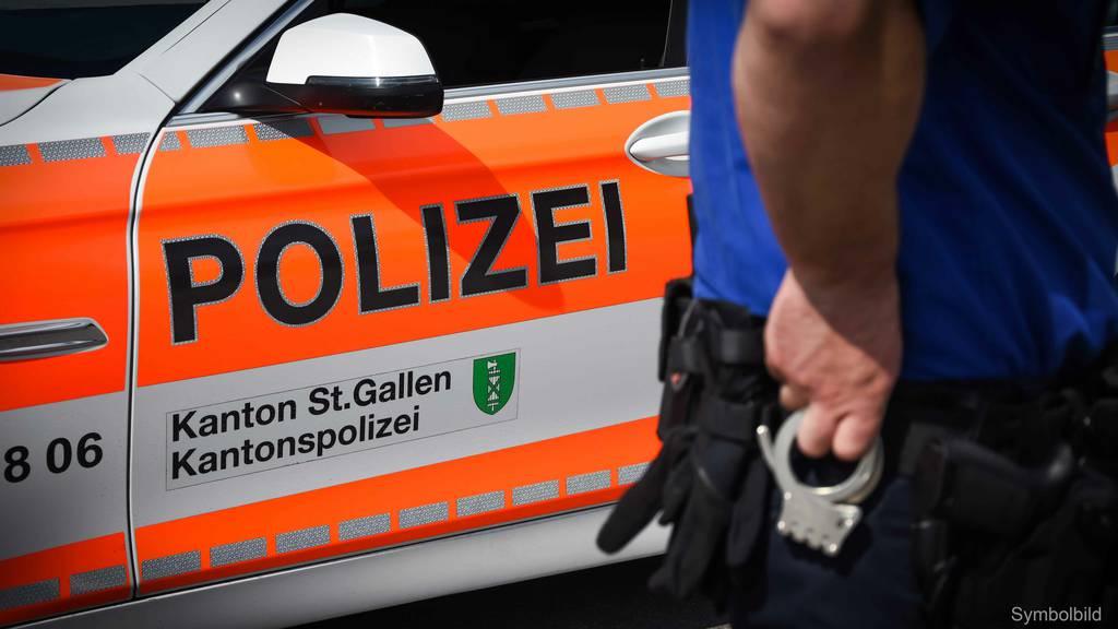 Zwei Personen werden von einer Gruppe angegriffen und verletzt
