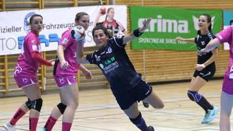 Marie Bütikofer kann sich gegen ihre Gegenspielerinnen durchsetzen.