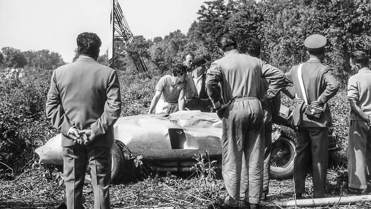 Alberto Ascari verunglückte am 26. Mai 1955 bei Testfahrten in Monza tödlich. Helfer bergen das Auto.