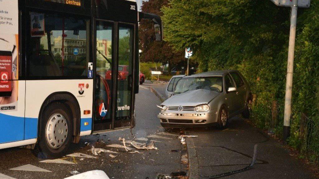 Am Freitagabend ist in Dulliken SO ein Auto in einen Linienbus geprallt. Drei Personen wurden beim Unfall verletzt.
