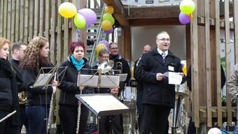 OK-Präsident Alex Stäuble erklärte vor dem Cheisacherturm den Ablauf des Jubiläumsfestes «Sulz tönt» vom September. dd