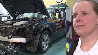 Der demolierte Mercedes und Sandra Jucker, Geschäftsführerin Aabach-Taxi.