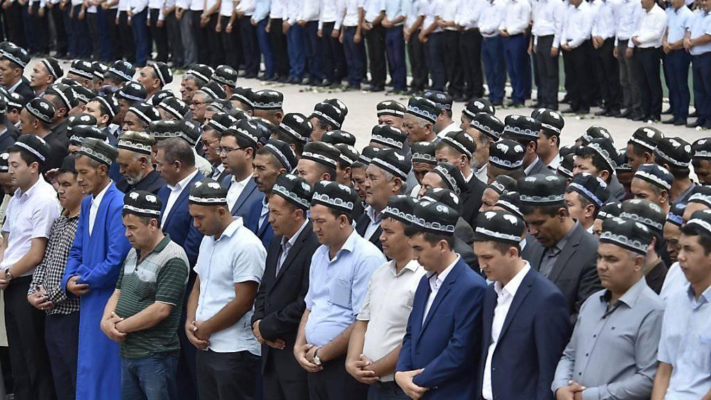 Usbekische Männer nehmen in Samarkand Abschied von ihrem verstorbenen Präsidenten.