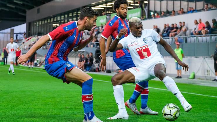 Luzerns Stürmer Blessing Eleke (weisses Dress) gegen Joel Ward und Jairo Riedewald von Crystal Palace.