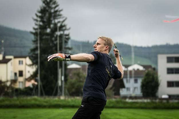 Der Bumerang-Schweizermeister Stephan Spirgi trainiert in Reinach