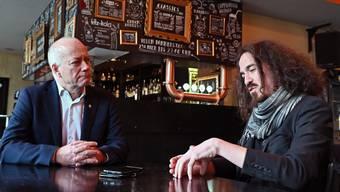 Stadtpräsident Martin Wey (links) und «Coq d'Or»-Geschäftsführer Daniel Kissling im Gespräch im Kulturlokal.