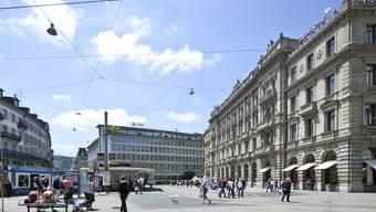 Paradeplatz in Zürich, im Hintergrund der Sitz der UBS und vorne rechts jener der Credit Suisse. Der Schweizer Finanzplatz sei auch ohne Bankgeheimnis für ausländische Kunden in einer guten Position, sagte Finanzministerin Widmer-Schlumpf. Archiv)