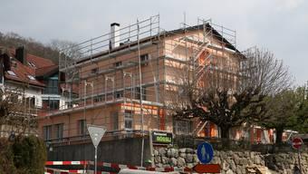 Wann immer es das Wetter zulässt, arbeitet Ljubomir Klincov derzeit an der Fassade des Restaurants Rössli.