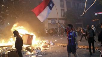 In Chile gab es am Montag (Ortszeit) erneut vielerorts Ausschreitungen - in der Hauptstadt Santiago geriet sogar ein Einkaufszentrum in Brand.