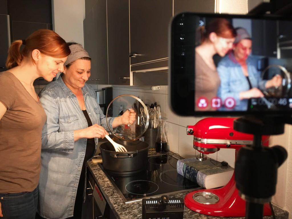 Nadia (links) und Ina in ihrer eigenen Küche.