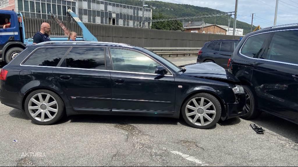 Verbotene Fahrt: Ein Lernfahrer kracht ohne Begleitperson in zwei Autos und haut ab