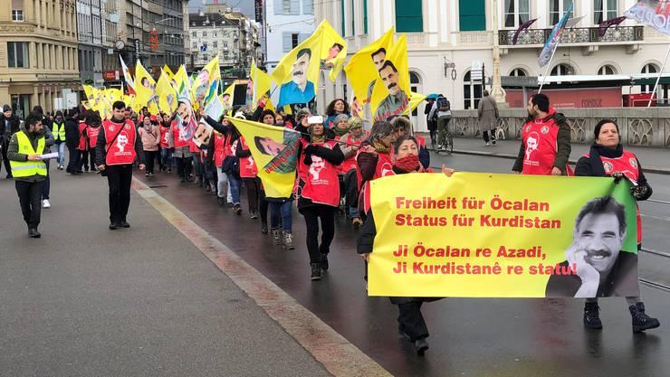 Der Demonstrationszug auf der Mittleren Brücke
