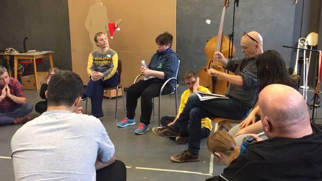Impressionen aus einer Probe im Theater Hora unter der künstlerischen Leitung von Michael Elber