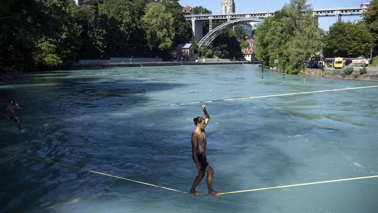 Er läuft auf einer Slackline bei Bern über die Aare.