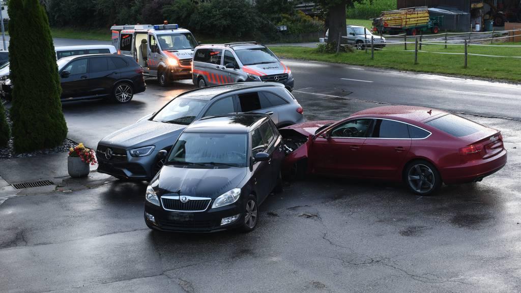 21-Jähriger kracht in parkierte Autos – eine Person verletzt