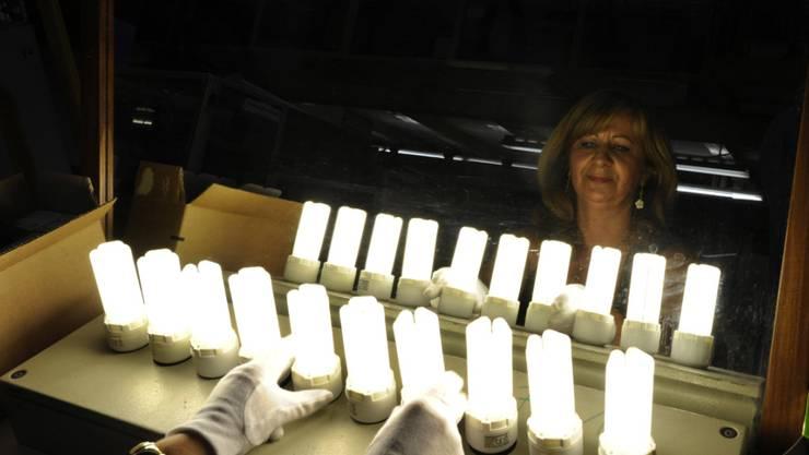 Eine Mitarbeiterin im früheren Osram-Werk im bayrischen Augsburg. (Archivbild)