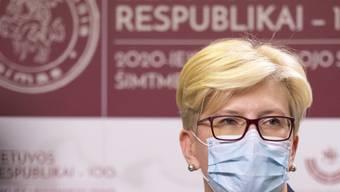 Litauens Ministerpräsidentin Ingrida Simonyte trägt Mund-Nasen-Schutz. Das Land verzeichnet einen rapiden Anstieg der Corona-Zahlen. Foto: Mindaugas Kulbis/AP/dpa